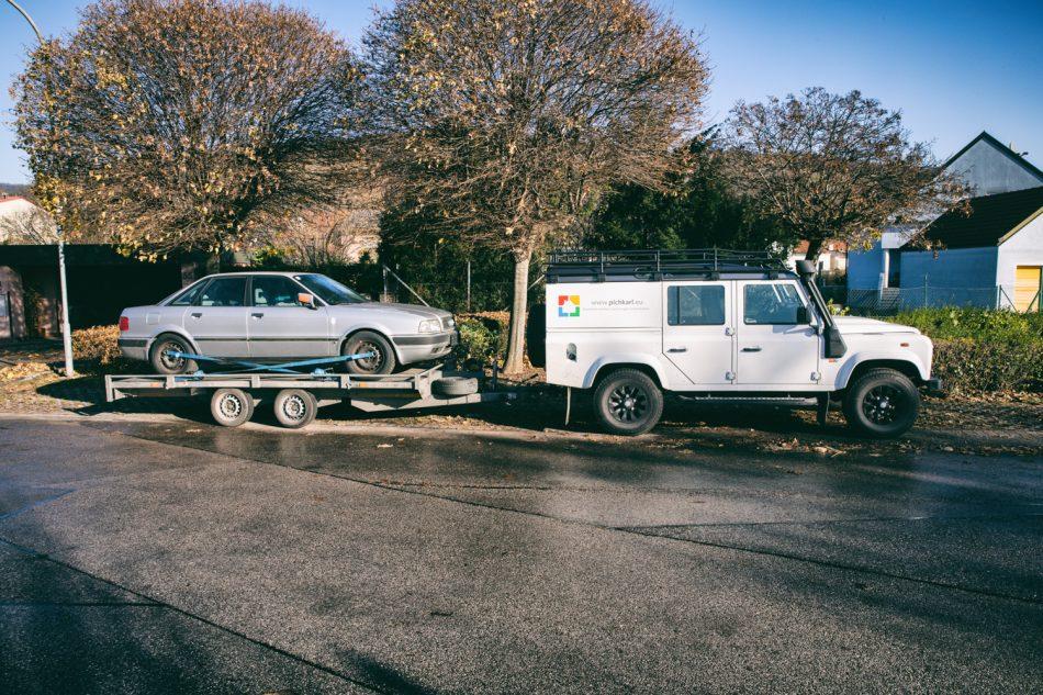 Land Rover mit Audi 80 im Schlepptau