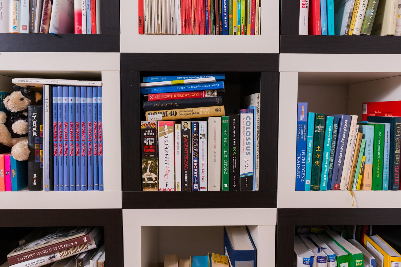 Bücherregal im Schachbrettmuster aus 1x1-Expedit-Regalen.