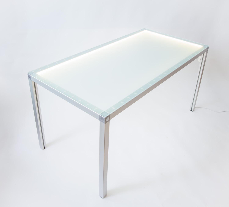 Esstisch aus Aluprofilen mit Glasplatte und LED-Beleuchtung.