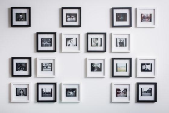 Polaroid-Wand mit Bilderrahmen im Schachbrettmuster.